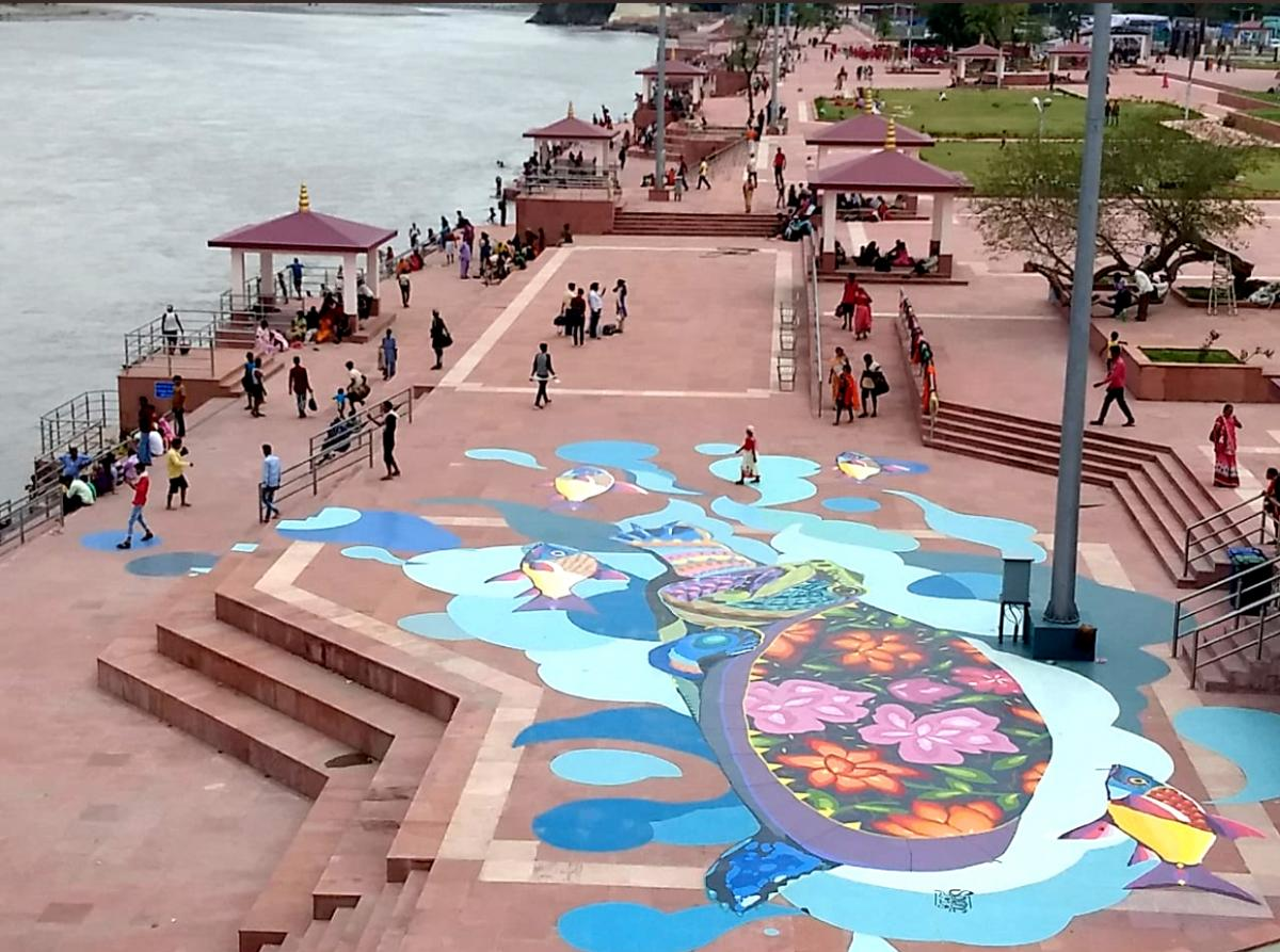 The continuum of pedestrian walkways along the Chandi Ghat of the Patna Riverfront Development, India.