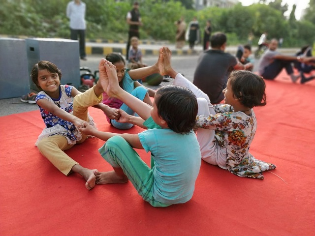 People of all ages participate in Raahgiri Day, including young girls. Photo by WRI India.