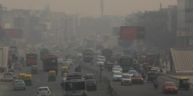 Delhi has suffered high levels of air pollution for many years now, particularly due to stubble burning in its neighbouring states during the winter season. Vehicles drive through smog in New Delhi, India, November 8, 2018. Photo: Anushree Fadnavis/Reuters